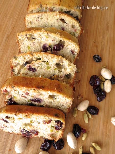 Glutenfreier Kuchen mit Cranberries, Pistazien und Kardamom