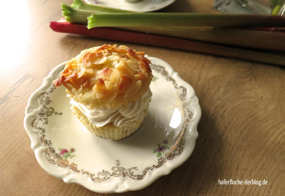 Bienenstich-Muffins mit Rhabarber