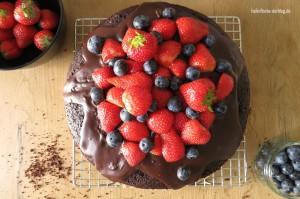 Dreifacher Schokokuchen mit Erdbeeren