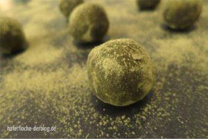 Vegane rohe Matcha Energy-Balls