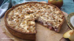 Herbstkuchen mit Apfel-Pflaumen-Kompott und Walnussstreuseln