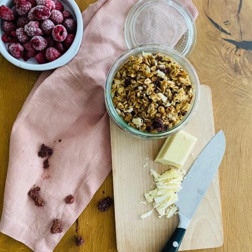 Granola mit weißer Schokolade und Himbeeren