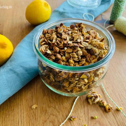 Knuspermüsli mit Pistazie und Zitrone