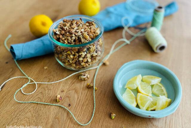 Selbstgemachtes Knuspermüsli mit Zitrone und Pistazie