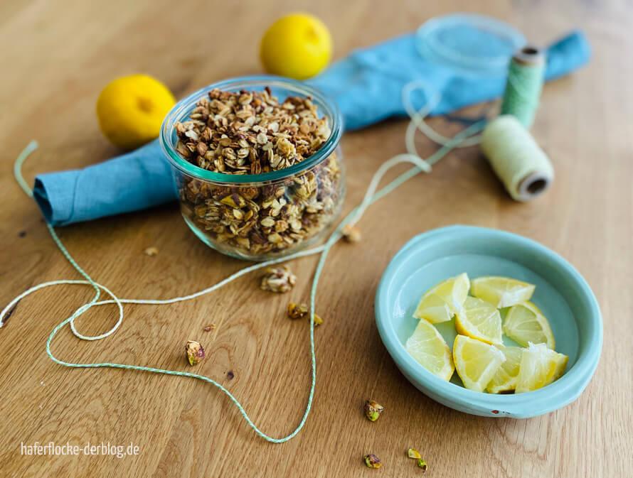 Selbstgemachtes Knuspermüsli Zitrone-Pistazie